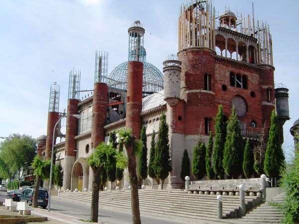 Ex-Monge Constrói Catedral com Materiais Reutilizados