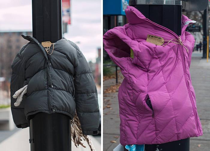 Canadá – Crianças Atam Casacos a Postes para Ajudar os Sem-Abrigo no Inverno