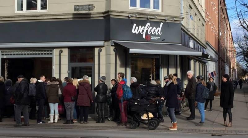 Pessoas em fila à porta do WeFood