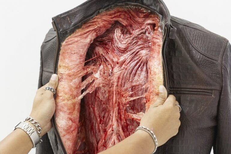 Casaco de couro com o interior como se fosse carne viva