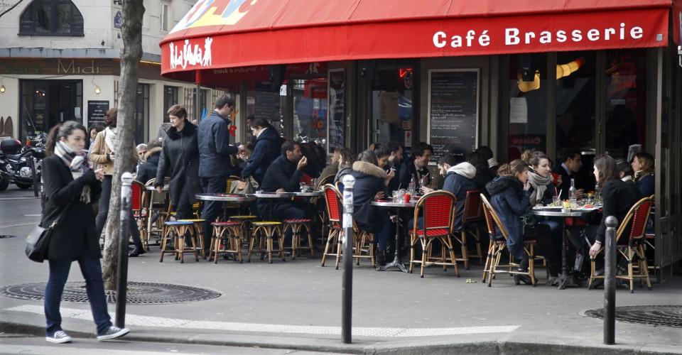 Lojas e Cafés de Paris Marcam as Suas Janelas para dar Boas-vindas aos Sem-abrigo