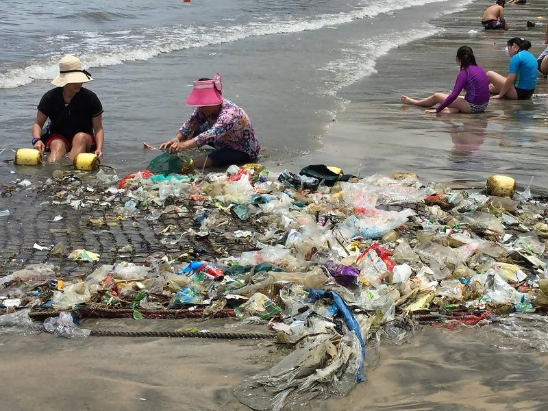 """""""Tsunami"""" de plástico inunda praias de Hong Kong"""