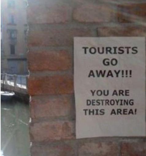 Cartaz contra a presença dos turistas em Veneza