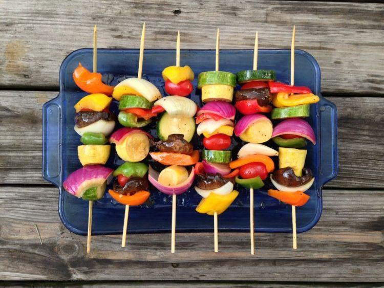 8 Receitas de espetadas vegetarianas e vegans [vídeos]