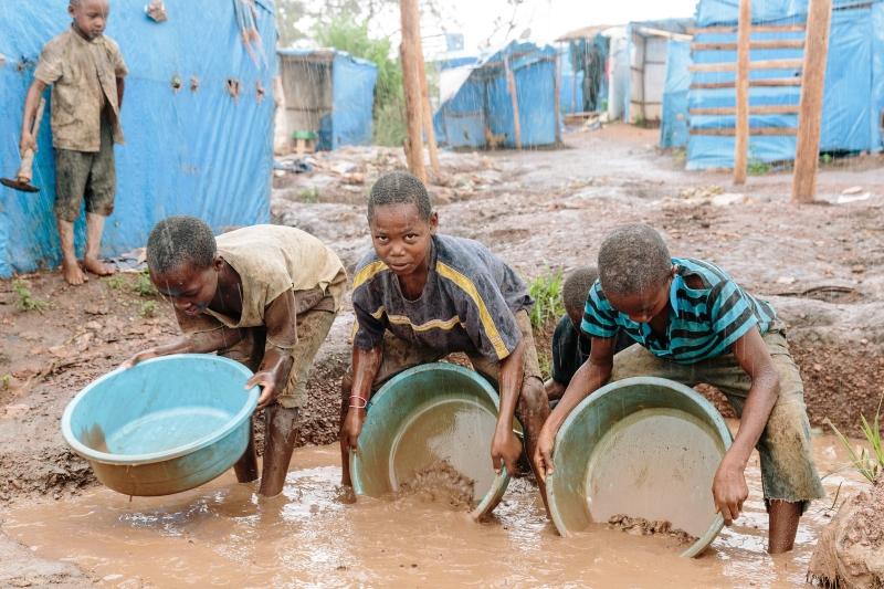 """""""Meninos d'oiro"""": A vida das crianças que trabalham nas minas de ouro do Uganda"""