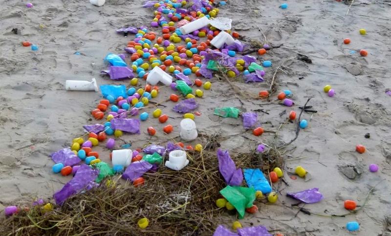 """Milhares de Ovos """"Kinder"""" deram à costa numa ilha da Alemanha"""