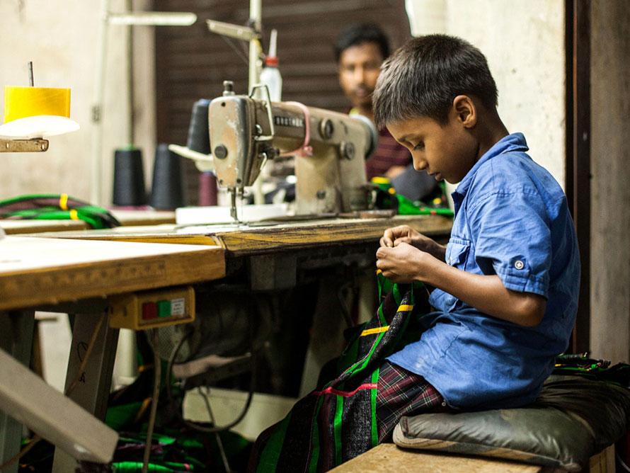 Crianças do Bangladesh trabalham 64 h/semana para fazer a nossa roupa barata