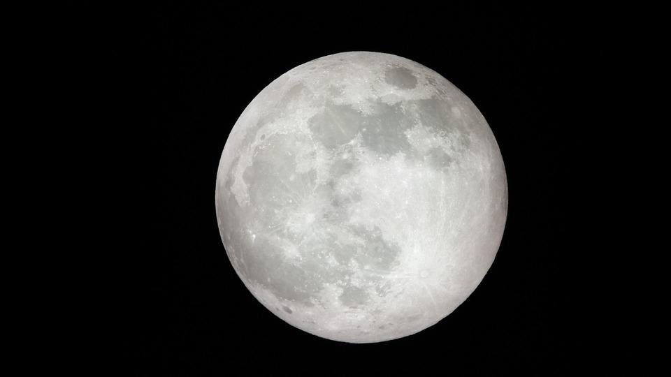 Hoje há eclipse, lua cheia e um cometa