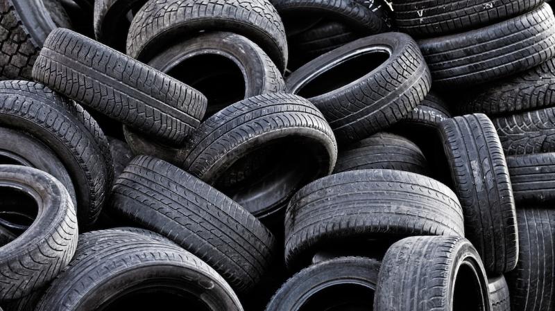 """Plástico que se solta de pneus e roupa é uma das """"grandes fontes"""" de poluição marinha"""