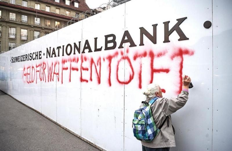 """""""Dinheiro para armas mata"""", escreveu senhora de 86 anos na parede do Banco Nacional Suíço"""