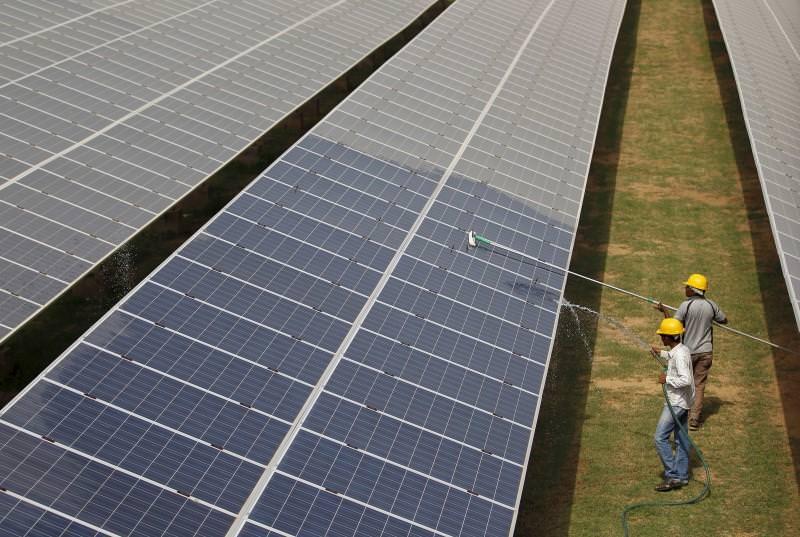 """Índia cancela planos para centrais a carvão graças à """"queda livre"""" dos preços da energia solar"""