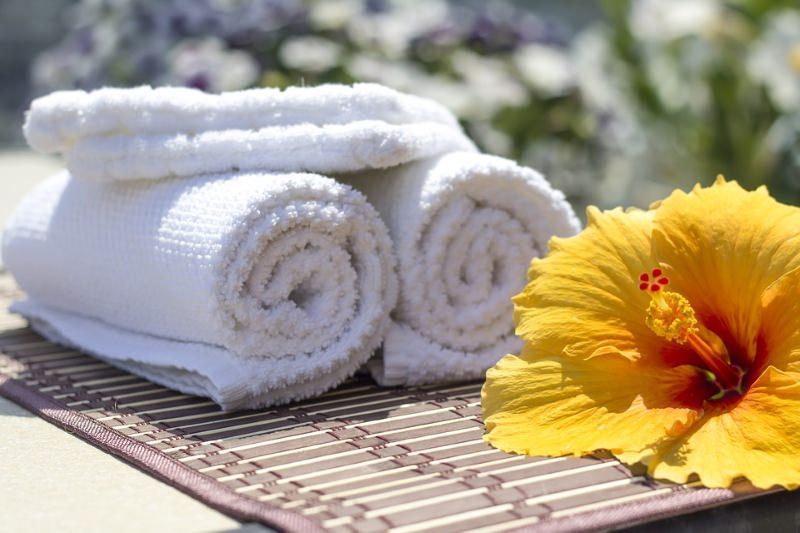 Esfregar o corpo diariamente com uma toalha quente e húmida