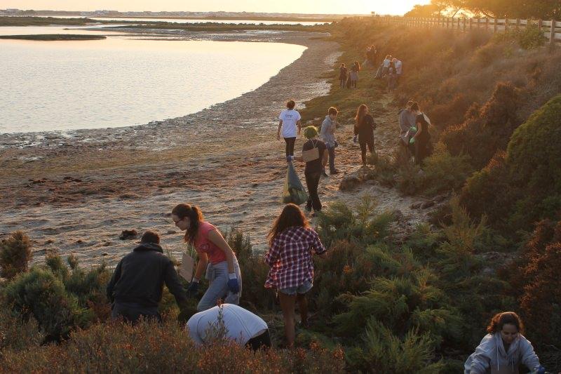 Praxe ambiental: Caloiros da Universidade do Algarve limparam a Ria Formosa