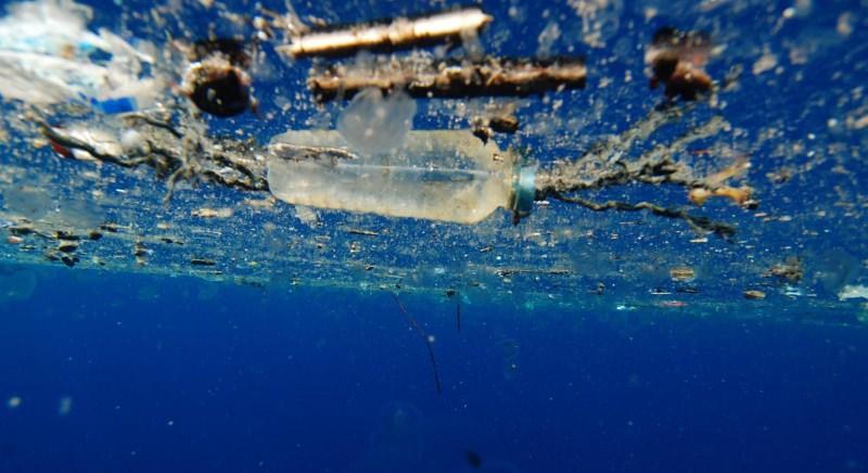resíduos de plástico na água