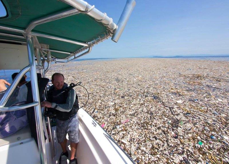 """Maré de lixo de plástico"" invade a costa de uma ilha paradisíaca das Caraíbas"