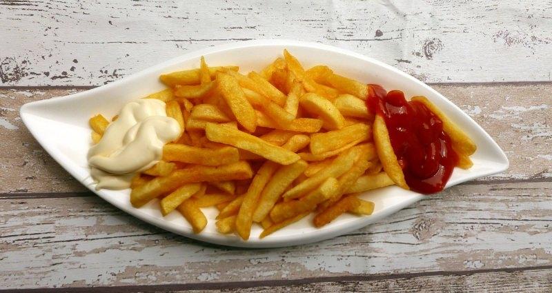 Não deite os óleos usados dos fritos na sanita ou no ralo da banca da cozinha