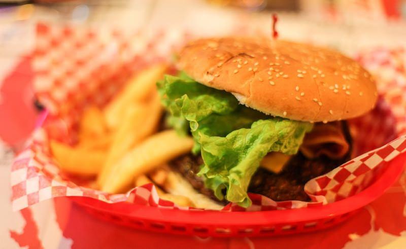 Presidente da Câmara de Londres proíbe novos restaurantes de fast food perto de escolas