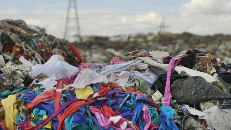 Mais de metade da moda barata produzida é descartada em menos de um ano, diz estudo