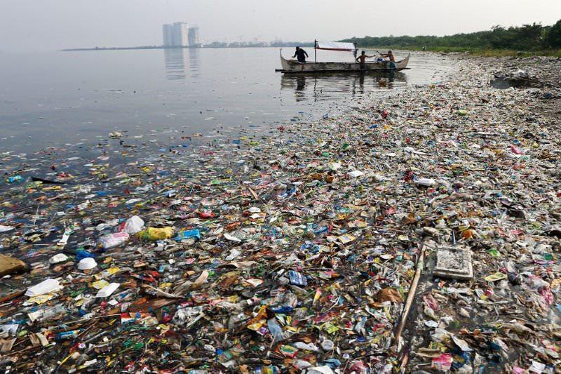 Indústria do plástico sabia que estava a poluir o mar nos anos 70 e passou décadas a negar responsabilidade