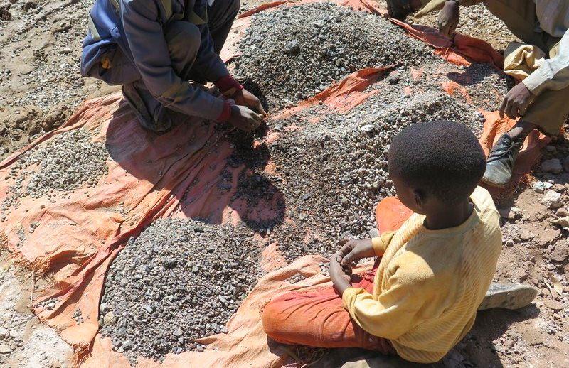 Gigantes da tecnologia e carros elétricos estão a falhar no combate ao trabalho infantil, diz Amnistia