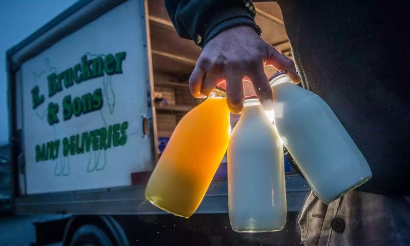"""Grã-Bretanha: o regresso das garrafas de vidro e do """"milkman"""""""
