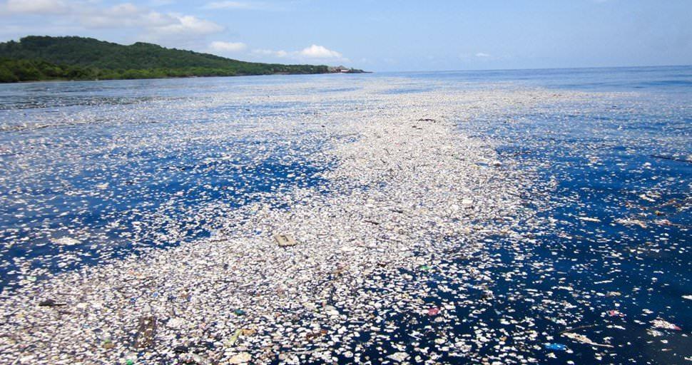 Plásticos nos oceanos deverão triplicar no espaço de uma década, avisam cientistas