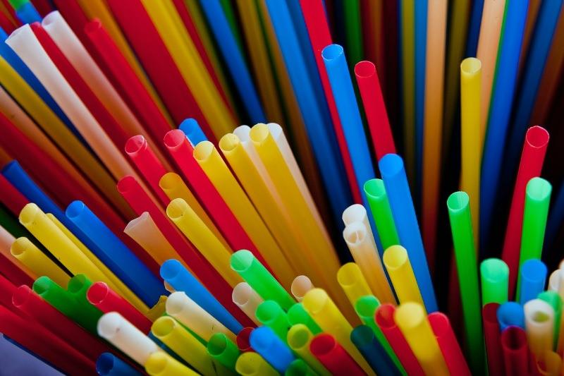 Palhinhas de plástico coloridas de muitas cores