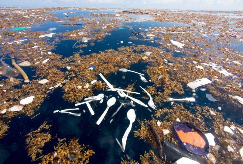 Talheres de plástico poluem o mar das Caraíbas