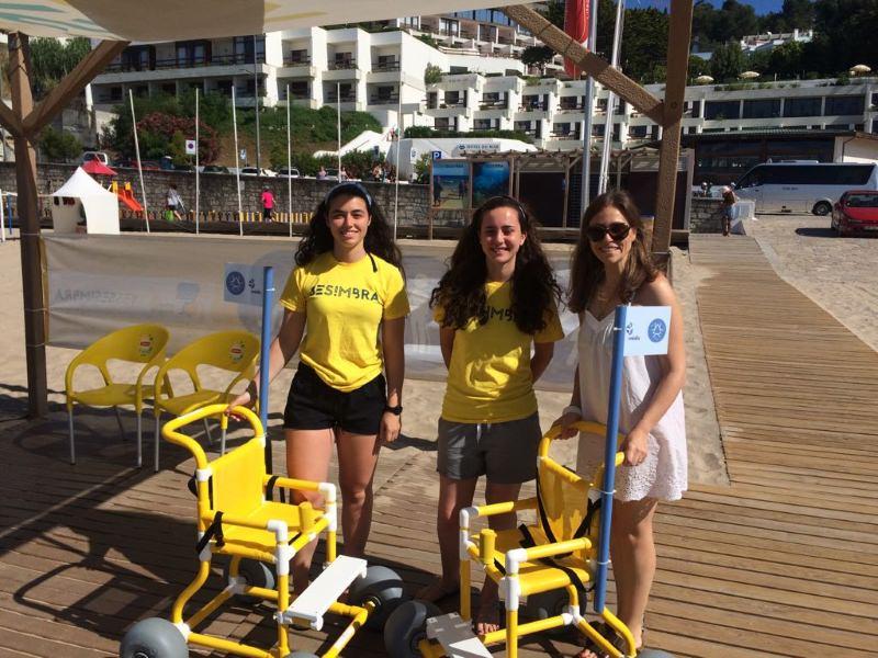 Novas cadeiras de rodas levam crianças à praia em Portugal