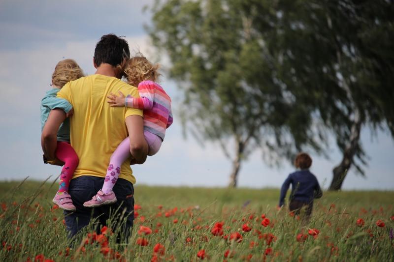 Pai com crianças na natureza
