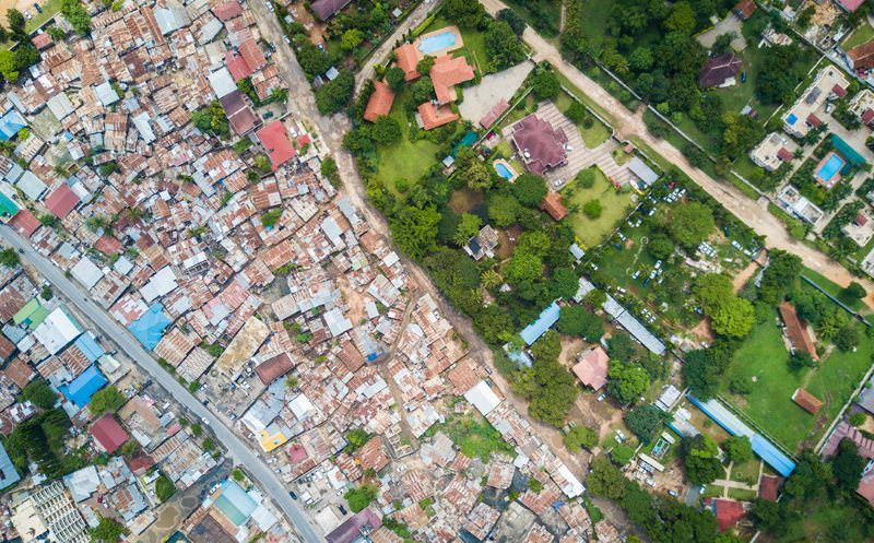 Fotógrafo retrata a desigualdade de riqueza no mundo com um drone