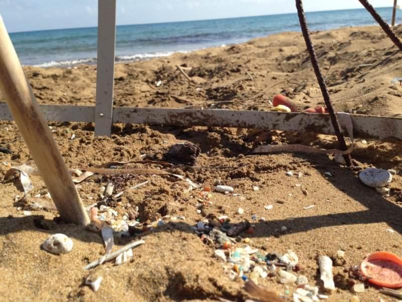 Poluição por plástico numa praia da ilha de Chipre