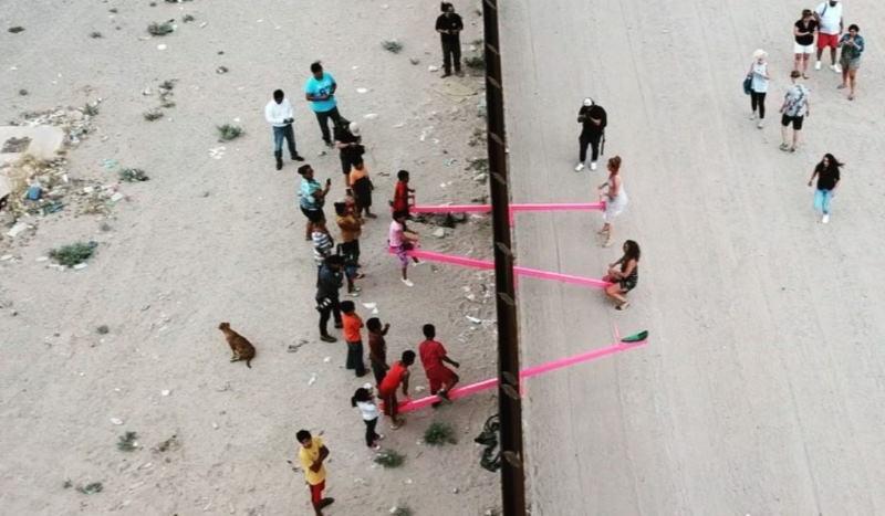 Professores colocam baloiços na fronteira dos EUA e do México para crianças brincarem juntas