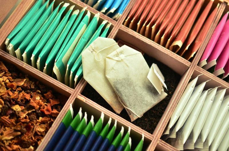 Anda a beber chá com microplásticos?