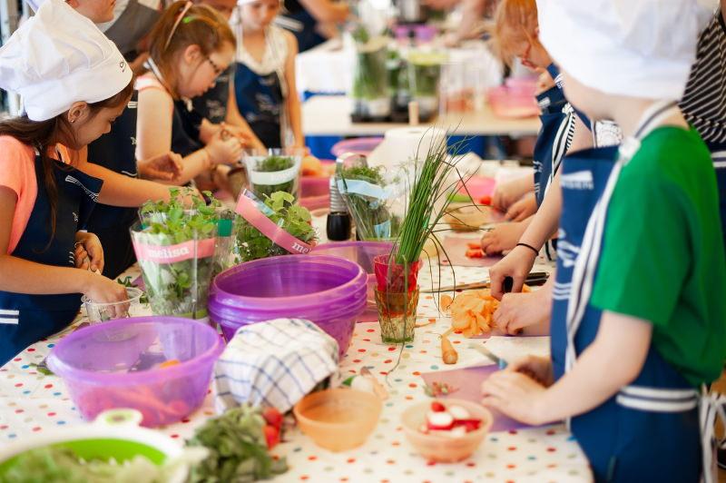 Duas escolas de Braga vão ensinar alunos a cozinhar, passar a ferro e aspirar