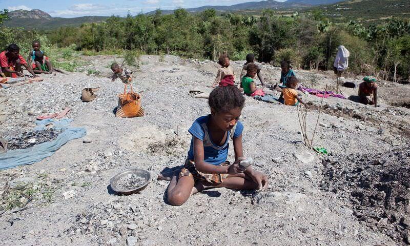 Maioria dos trabalhadores nas minas de mica de Madagáscar são crianças