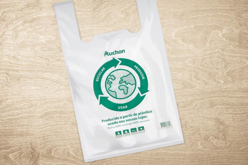Auchan lança saco produzido com plástico usado das suas lojas
