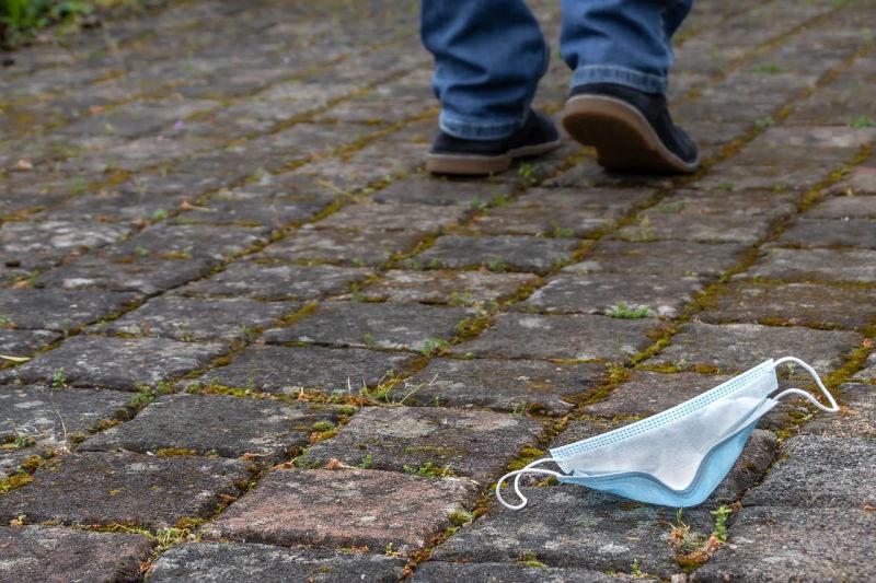 Vamos parar de encher as ruas de máscaras e luvas descartáveis?